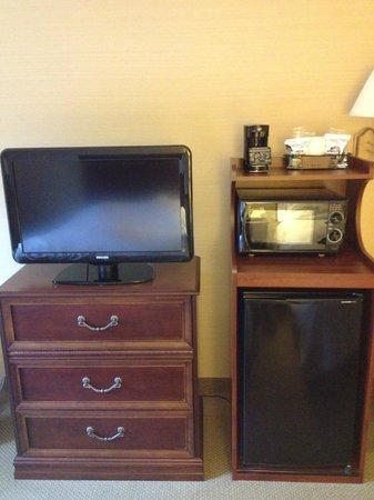 Hampton Inn Raynham-Taunton : TV, refrigerator, and microwave