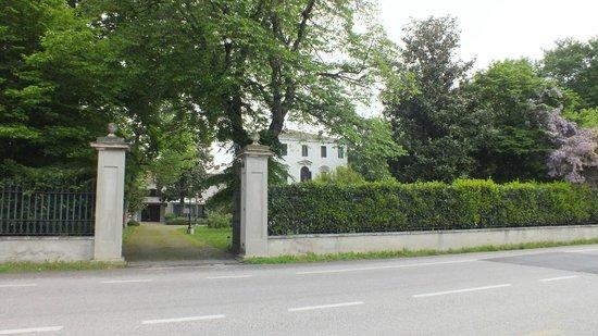 Park Hotel Villa Giustinian: Blick von der Bushaltestelle zum Hotel