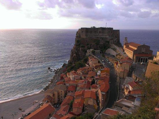 Scilla, Italy: Vista del paese e del promontorio con il castello, scattati dalla piazzetta panoramica