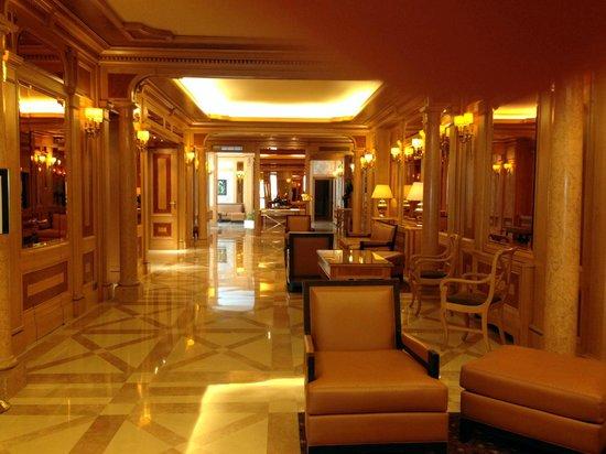 Rochester Champs-Elysees Hotel: Лобби отеля