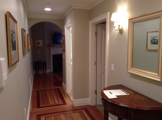 Pelham Court Hotel : Entry hallway