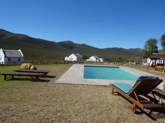 African Game Lodge: pool and cottages