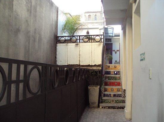 Kaixo Hostel Central: Vista interna - corredor de acesso à cozinha