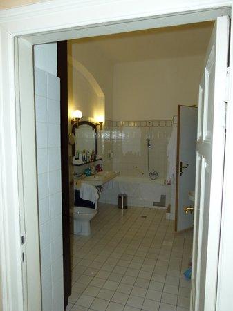 Holiday Inn Vienna City: Das Bad - rechte Tür führt ins WC