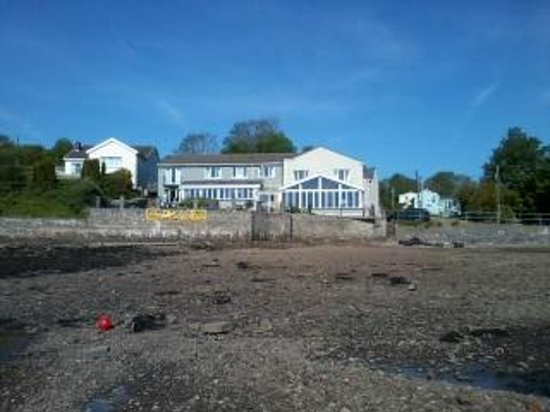 Ferry House Inn: View of Ferryhouse form lowtide waters edge