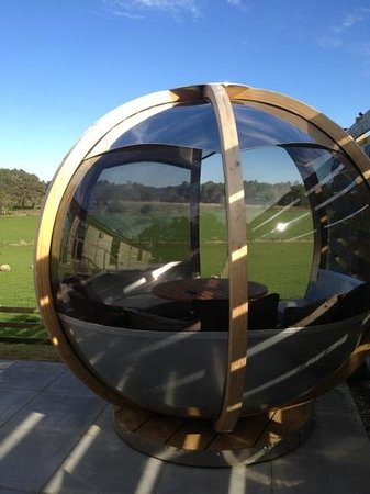 Kessock Highland Lodges: sphere next to hot tub. unusual but relaxing and acoustically captures the sounds of the area. l