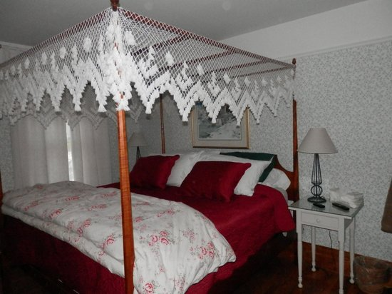 White Lace Inn: The awesome bed in suite 16 !