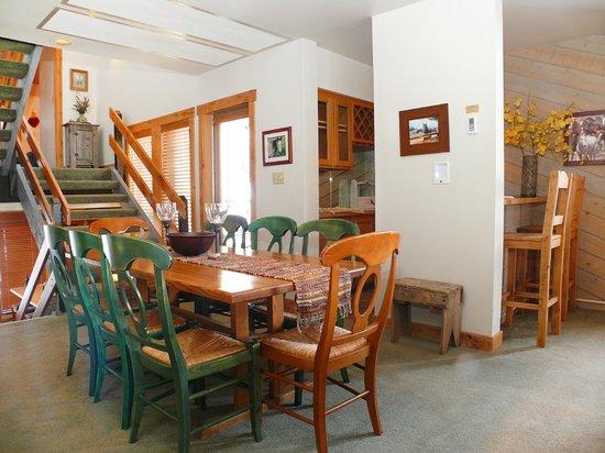 La Casa on the Mountain: La Casa Dining Area & Wet Bar