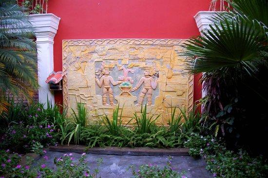 Casa Xanadu: Decorative wall in the courtyard garden.