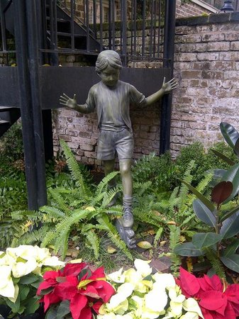 Eliza Thompson House Savannah : One of the many sculptures in the courtyard.