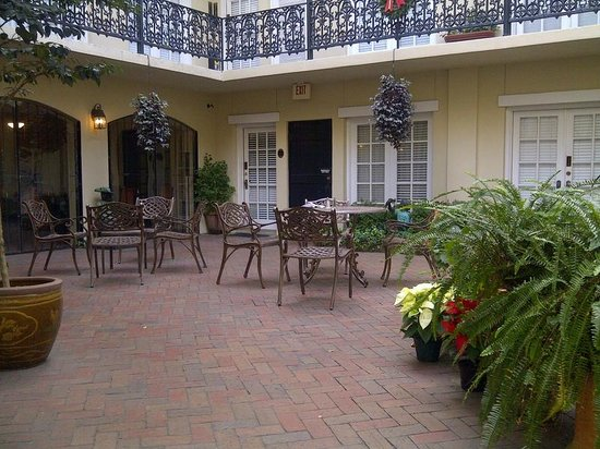 Eliza Thompson House Savannah : Courtyard is a nice play to eat breakfast or drink wine.