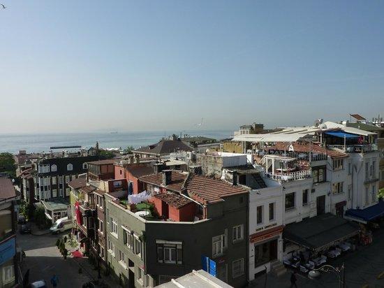 Eski Konak Hotel: Blick von der Terrasse - im Hintergrund das Marmarameer