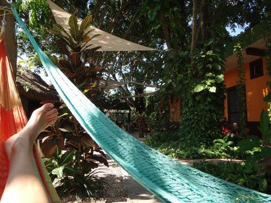Secret Garden Hotel: Hamacs extérieur, face aux chambres