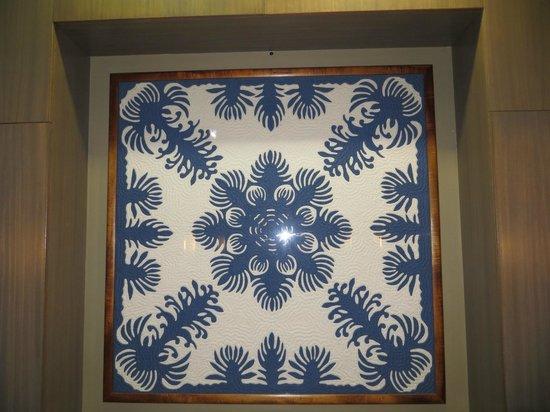 Hale Koa Hotel : Beautiful Hawaiian quilts decorate many floors near the elevators