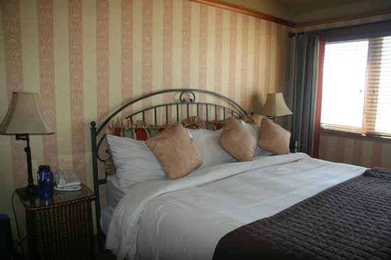 Stephanie Inn: Bedroom with Queen-size bed