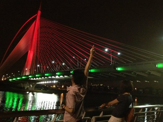 Seri Wawasan Bridge, Putrajaya : Red bridge