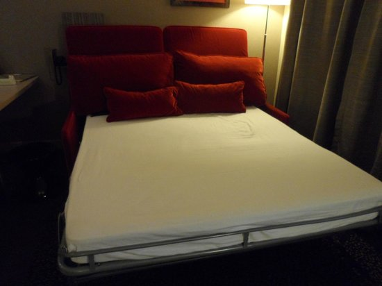 Adagio La Defense Esplanade : The couch turned into the second bed.