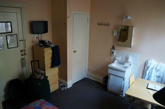 Larchmont Hotel: Vue depuis le lit (entrée, placard, lavabo, bureau)