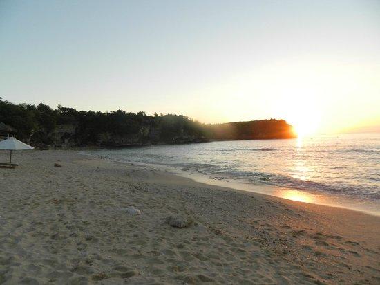Balangan Sea View Bungalow: rocky beach