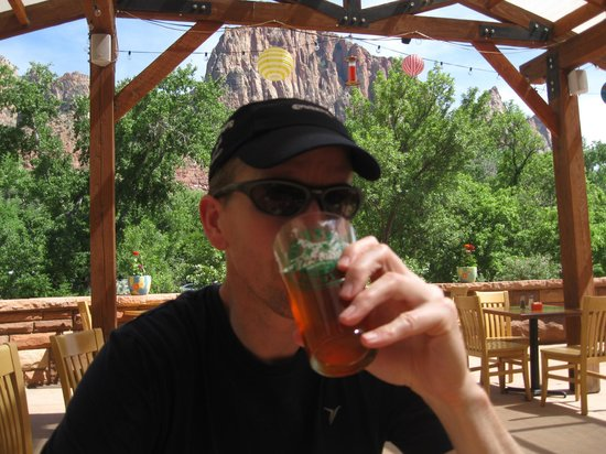 Zion Canyon Brew Pub : Great outdoor patio seating with beautiful view