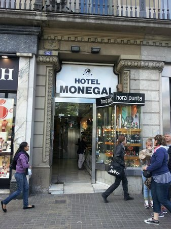 Hotel Medium Monegal: Entry through the watch shop