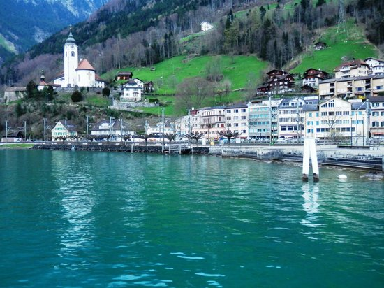 Hotel Hirschen-Cafe Seehof: Vie of hotel from the ferry service dock.
