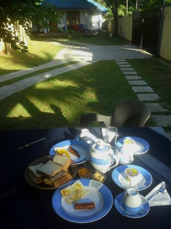 Samagi Guest House & Cottage : Al fresco breakfast in front of the room