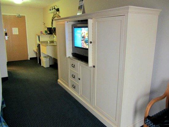 Sugar Beach Resort Hotel : TV, Entertainment Center and Dresser