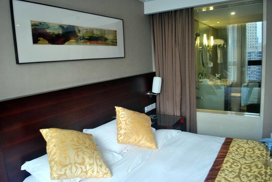 Green Land Jiulong Hotel , Shanghai: Decent room