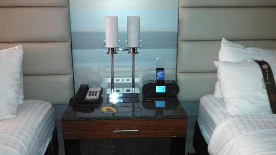 Holiday Inn Plainview - Long Island: Clock w/ipod docking station