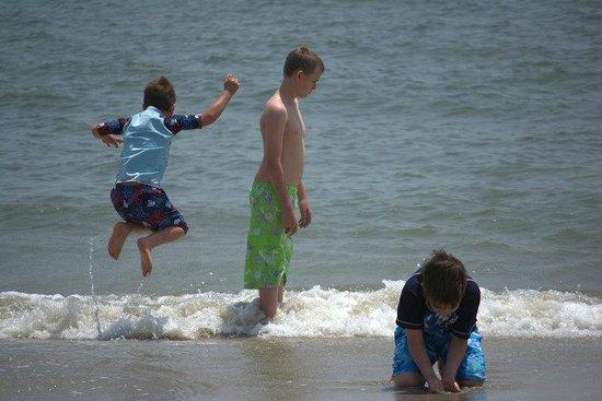 Buckroe Beach and Park : YAY!  Waves!