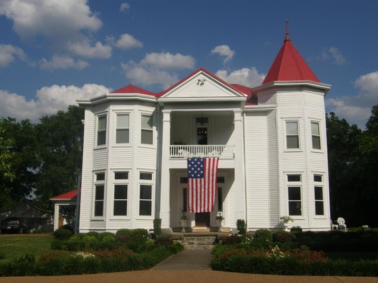 ‪‪The Manor at Twin Oaks Bed and Breakfast‬: Manor at Twin Oaks (w/ flag for Memorial Day)‬