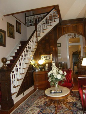 The Manor at Twin Oaks Bed and Breakfast: Grand Staircase near Entry