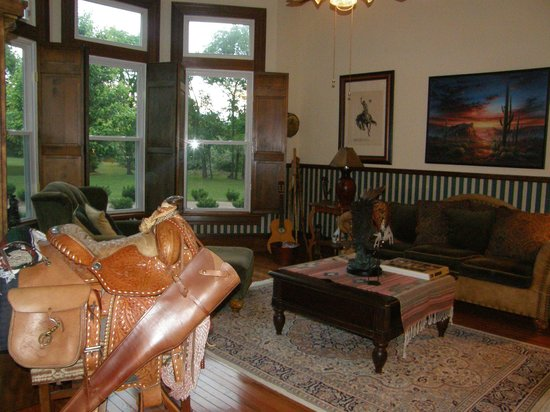The Manor at Twin Oaks Bed and Breakfast: Family Room (guest relaxation area)
