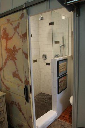 The Motor Lodge: Room 6. Bathroom.
