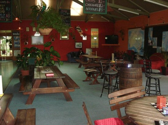 Colonial Village Resort: TV and restaurant