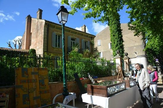 Place des Lices Market : bric a brac as well