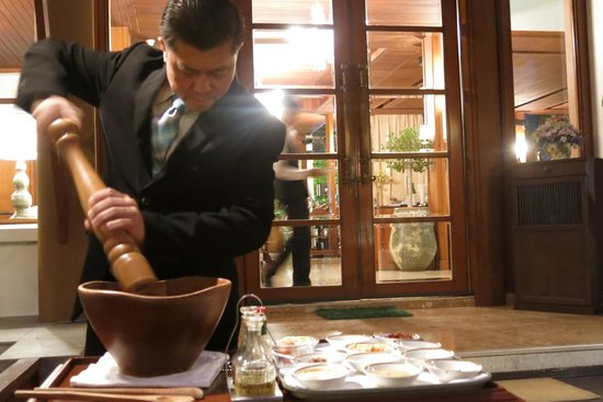 Le Crystal Restaurant: Preparation of Caesar salad
