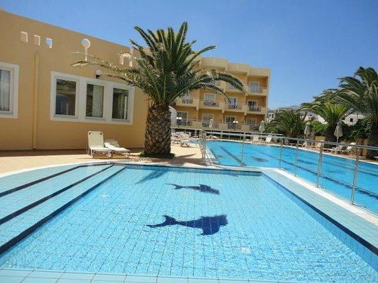 Sunny Bay Hotel: piscina vista dalla camera