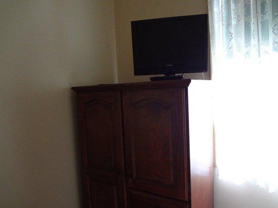 Melba Lodge: テレビはクローゼットの上に