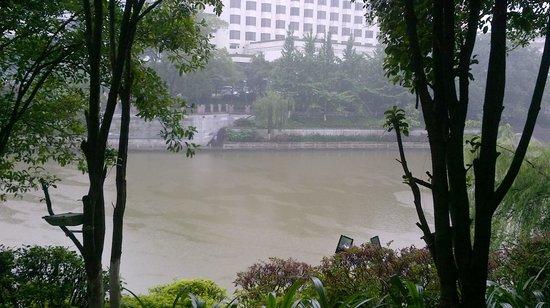 Riverside Hostel: Vue de la terrasse sur la rivière