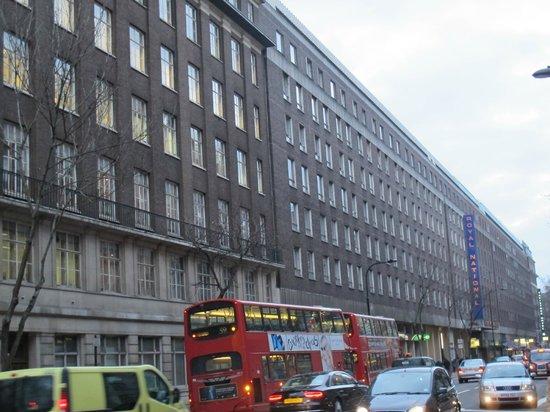 Royal National Hotel: L'hotel si trova lungo la strada, vicino alla fermata del Bus ed a pochi metri dalla  metro