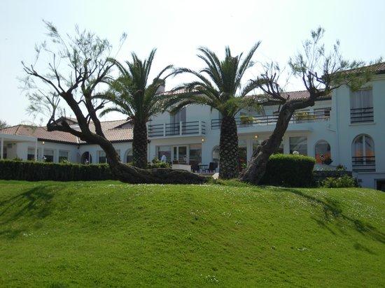 La Réserve : Hotel vom Garten aus gesehen