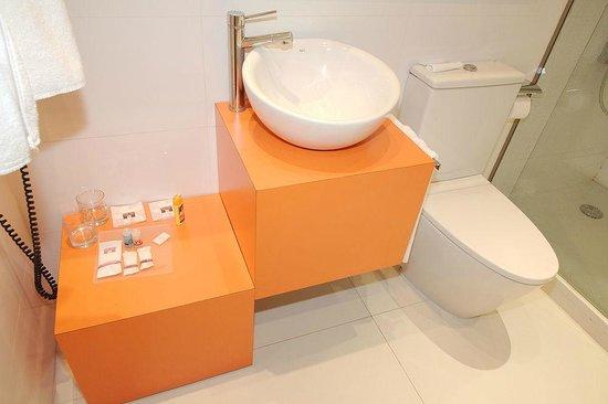 Petit Palace Plaza Malaga: Badezimmermöbel