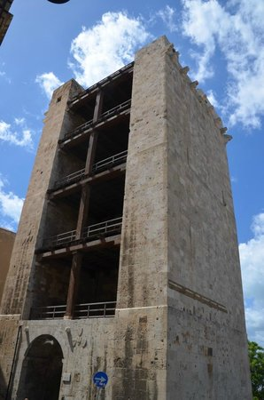 Torre dell'Elefante: Façade ouverte côté ville