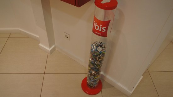 Ibis Lisboa Liberdade: Dispose of batteries in the hotel lobby