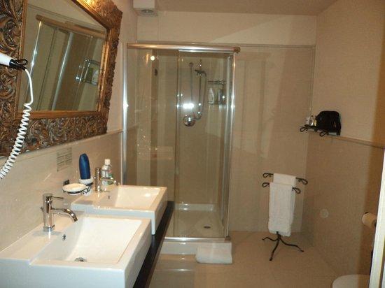 Hotel Villa Campomaggio Resort & Spa: il bagno...enorme!
