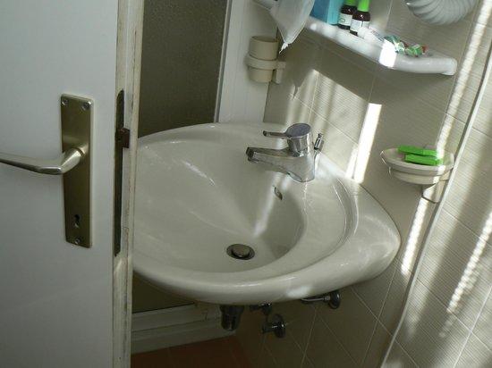 Hotel Internazionale: La porta di accesso al bagno non si apre perchè urta contro il lavandino...