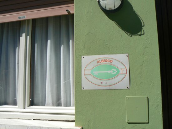 Hotel Internazionale: La targa della depandance che non permette di identificare il livello: una stella è cancellata.