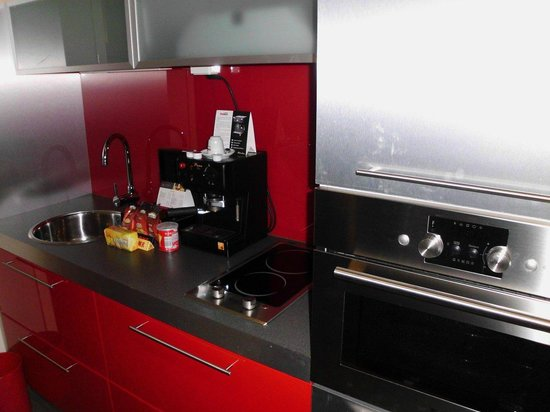 Mamaison All Suites Spa Hotel Pokrovka : Kitchenette with espresso machine
